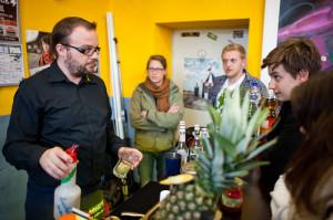 """Sascha Eders von """"Shake o Rama"""" gibt den WorkshopteilnehmerInnen Einblicke in die Welt einer professionellen Cocktailbar"""